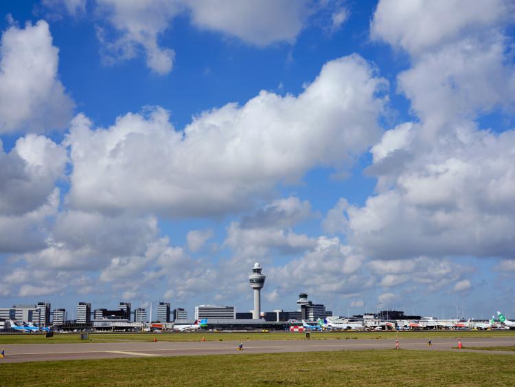 Video: veel vliegtuigen geparkeerd op Schiphol