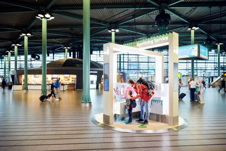 Disinfect your personal belongings using UV-C light at Schiphol Plaza